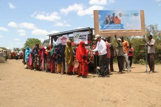 Tim Global Qurban ACT saat mendistribusikan hewan kurban di Somalia. (ACTNews.)