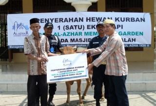 Penyerahan simbolis hewan kurban oleh Al-Azhar Memorial Garden kepada pengurus masjid Nurul Falah, Teluk Jambe, Karawang.