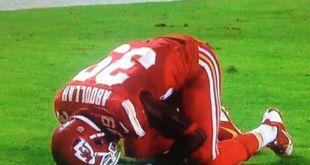 Pemain muslim American Football, Husain Abdullah melakukan sujud syukur usai mencetak touchdown di kuarter keempat.  (modvive.com)