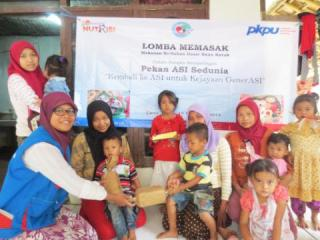 Lomba memasak dalam rangka pekan asi sedunia yang berlangsung di rumah Peduli Gizi yang bertempat di Desa Tenjo, Bogor, pada Kamis (16/10/2014).  (Yus/kis/PKPU).