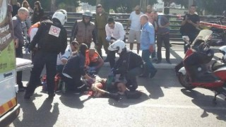 Tim medis Israel berusaha menyelematkan tentara korban penusukan sebelum akhirnya dikabarkan tewas. (safa.ps)