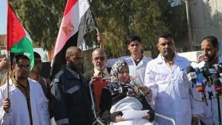 Pasien dan dokter di Gaza menanti kebijakan Mesir untuk membuka perbatasan. (islammemo.cc)