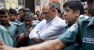 Abdul Latif Siddique dikawal polisi saat menyerahkan diri di Dhaka, Bangladesh (AFP)