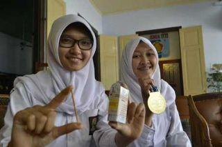 Luthfia Adila (17) dan Dayu Laras Wening (17), siswi kelas XII SMA N 3 Semarang penemu Borax Detector.  (detik.com)