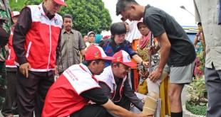 Salah seorang penerima bantuan kaki palsu dalam ekpedisi kemanusiaan kemensos 2014.  (payakumbuhkota.co.id)