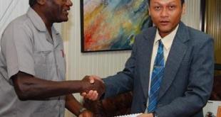 Raymond Sapoen (kanan), Mendag Suriname yang berasal dari Banyumas (starnieuws.com)