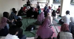 Refleksi 1 Tahun Surabaya Kota Literasi sekaligus Temu Darat ke-25 Forum Aktif Menulis (FAM) Indonesia Cabang Surabaya, Ahad (3/5), di pelataran Gedung Serba Guna Kampus Unesa Surabaya. (IST)
