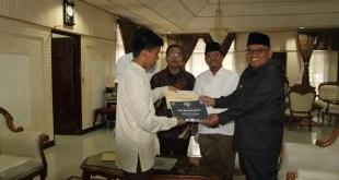Ivand Azza Bahana, peraih tiga gelar juara Beatbox Battle bersama Walikota Bukittinggi Abdul Gaffar. (pinto)