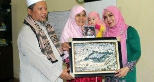 Istri Gubernur Nusa Tenggara Barat (NTB), Erica Zainul Majdi. dan putrinya Azzadina Johara Majdi, berdonasi untuk Palestina Rp 20 juta melalui KNRP NTB, Jum'at (15/1/2016). (ist)