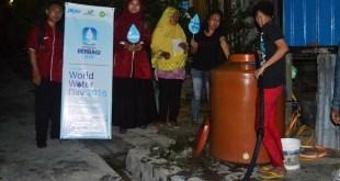 PKPU berbagi air bersih secara gratis untuk warga dhuafa di wilayah RT 10 Kelurahan Baru Ulu Kec. Balikpapan Barat, Pada Selasa, (22/03/2016).  (Rohim/Putri/PKPU)