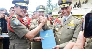 Gubernur Sumatera Barat, Irwan Prayitno saat memberikan piagam penghargaan Penegakan Perda dan Penertiban Tanpa Kekerasan diterima Walikota Padang,