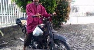 Muhammad Maksum dan motornya. (Rahmatullah Andre)