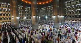 Ilustrasi - Jamaah shalat di masjid Istiqlal Jakarta, saat bulan Ramadhan. (photo.chosun.com / Reuters)