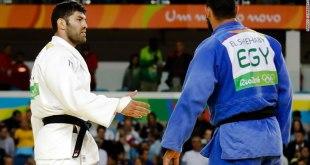 Atlet asal Mesir, Islam El Shehaby (biru), menolak berjabat tangan dengan atlet Israel, Or Sasson (putih) setelah pertandingan Judo 100 kg di Olimpiade Rio 2016 pada tanggal 12 Agustus 2016. (edition.cnn.com)