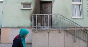 Pintu masjid di Dresden yang terbakar akibat bom rakitan (cnn.com)