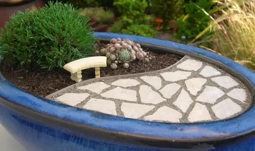 los jardines en miniatura se combinan con accesorios y patios en escala para parecer reales pueden crearse en un contenedor o en el suelo con un cuidado