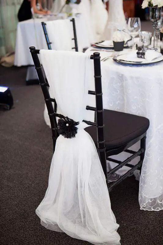 Sillas decoradas para eventos dale detalles for Como vestir sillas para 15 anos