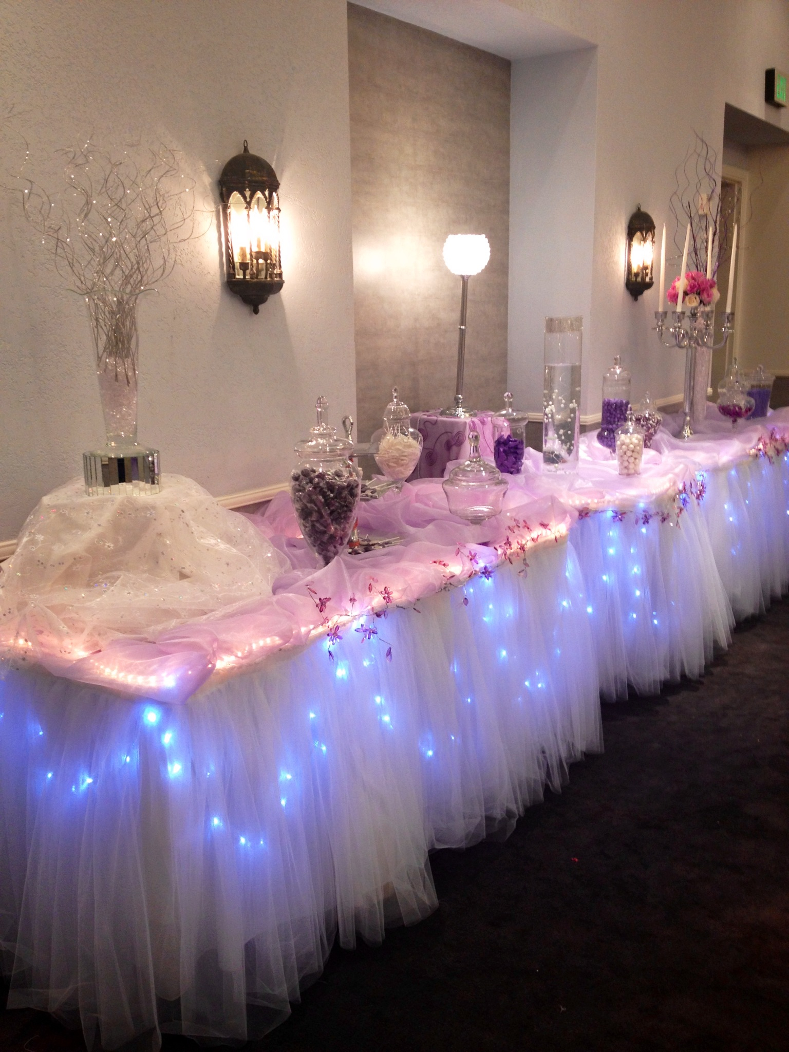 Mesa adornada con luces ideal para cualquier tipo de evento dale detalles - Luces led para salon ...
