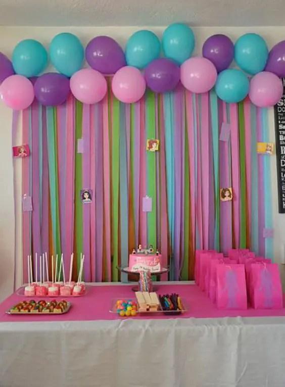 Decoracion con globos y papel crepe for Papel de decoracion