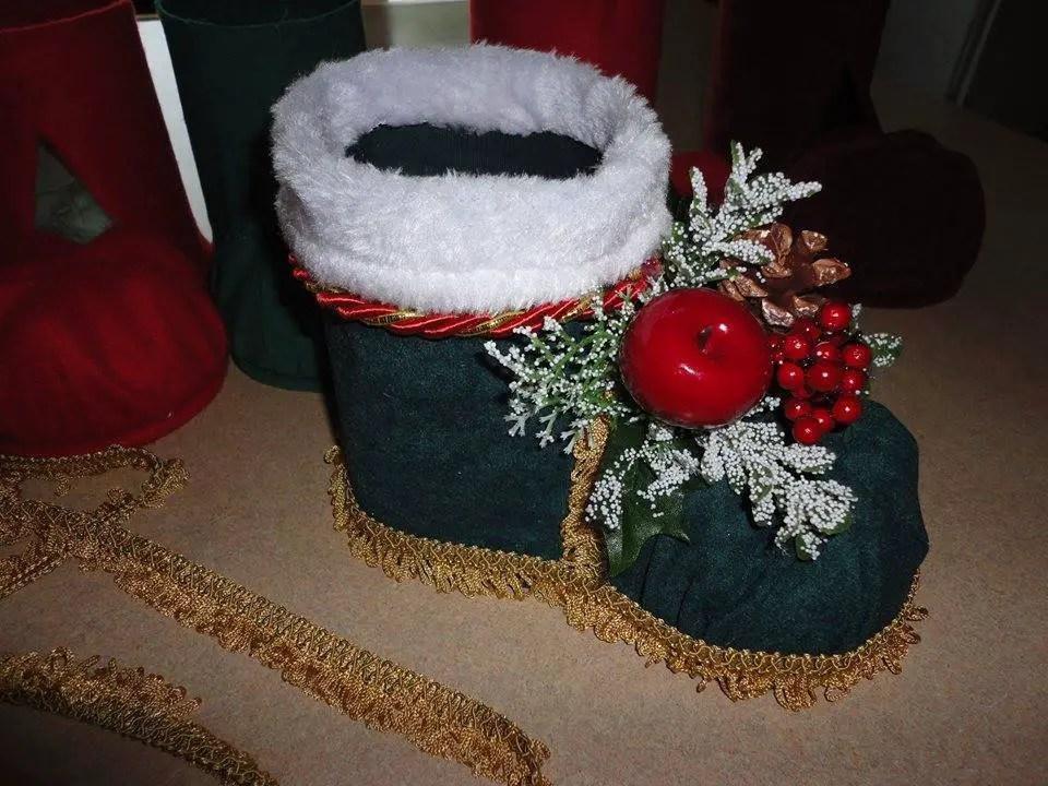 aade las navideas en el centro la parte alta de la bota se ver muy bien si colocas peluche blanco