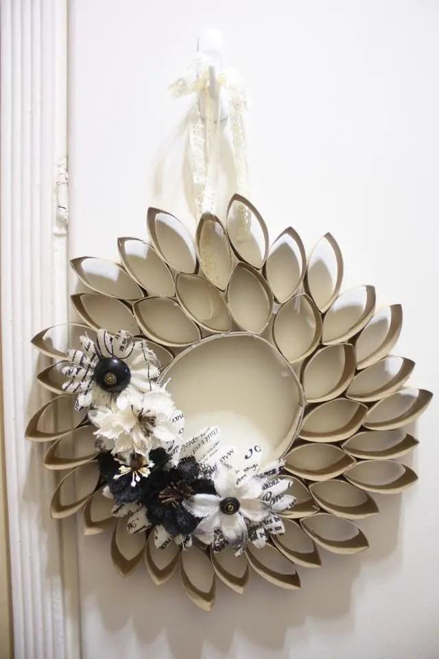 Originales coronas y decoraciones navide as con tubos de for Decoracion navidena con papel