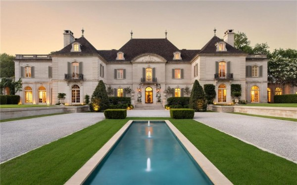 Даллас 18-ый по стране по числу «миллионных» домов. Выставленный на продажу Crespi Estate стоимостью 38,5 миллионов долларов включает вертолетную площадку, теннисный корт, розовый сад, огород, ручей с водопадом, двухэтажный гостевой дом и многое другое