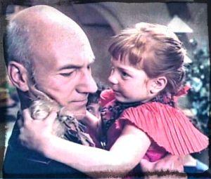 Picard fühlt sich offensichtlich unwohl mit einem Kind auf dem Arm.