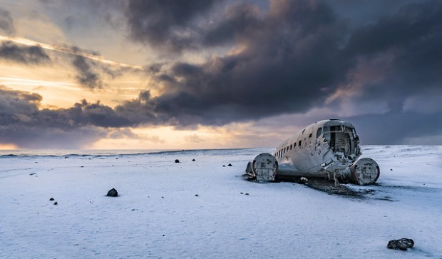 Flugzeugwrack in Eiswüste
