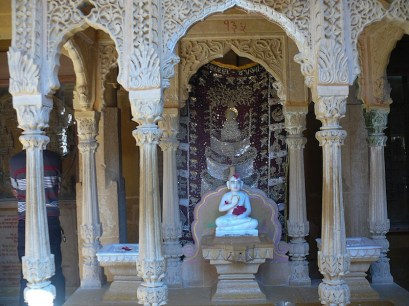 Interno del tempio jainista splendidamente lavorato di Rishabhdevji del XII secolo a Jaisalmer