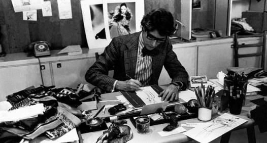 Il couturier disegna nel suo atelier