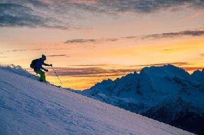 Sci alpino al tramonto