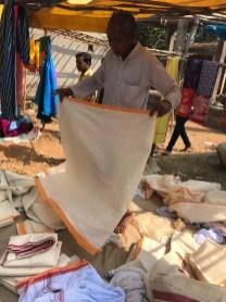 Saree al mercato di Chatikona