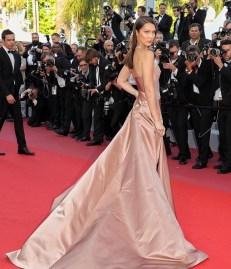 3. Bella Hadid indossa un abito in satin rosa di Dior