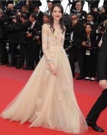 2. Stacy Martin indossa un abito di tulle con fiori di organza di Dior