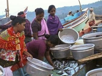 Donne all'arrivo dei pescatori a Chowara