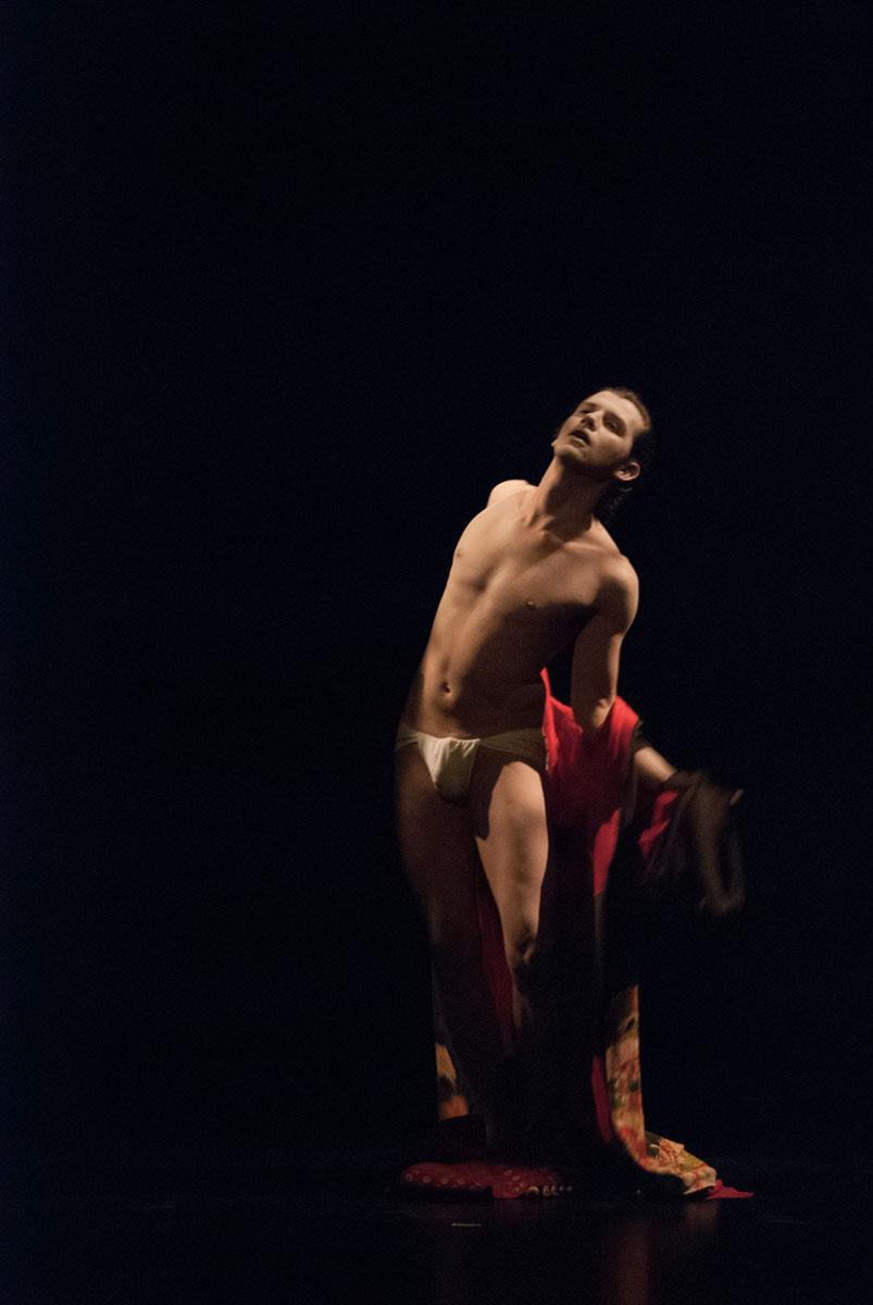 performance butoh with ikebana damiano fina ukigumo