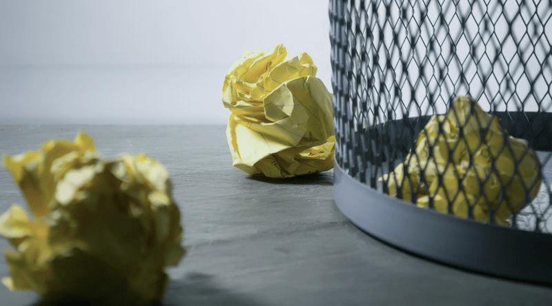kosz na śmieci z papierkami