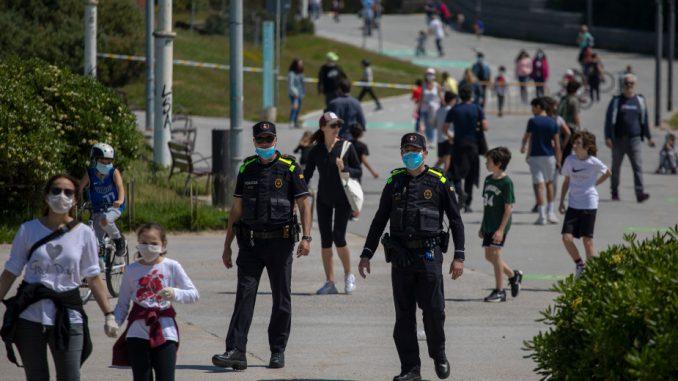 Во Шпанија, децата излегуваат на улица за прв пат по шест недели 1