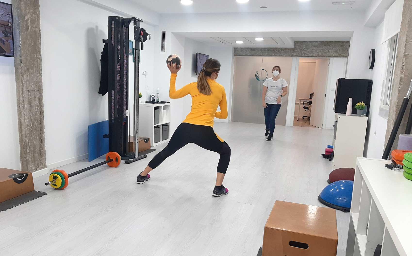 Beatriz Escribano jugadora profesional de balonmano realiza una sesión de entrenamiento y rehabilitación postparto