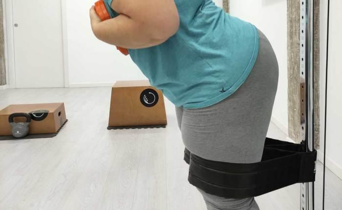 Ejercicio de isquiotibiales a través de movilidad de pelvis y un peso