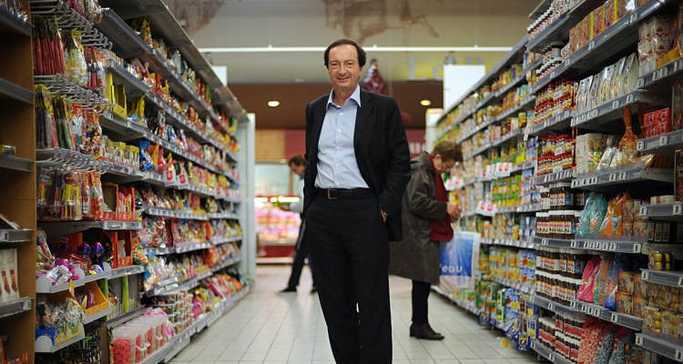 Michel-Edouard Leclerc, PDG du groupe de grande distribution du même nom pose le 06 décembre 2007, au Centre Leclerc d'Ivry-Sur-Seine. AFP PHOTO MARTIN BUREAU  French group Leclerc head Michel-Edouard Leclerc poses at the supermarket, 06 December 2007, in Ivry-Sur-Seine. / AFP PHOTO / MARTIN BUREAU