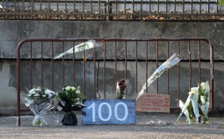 "A picture taken on September 2, 2019 shows flowers and a placard reading ""100"" on a fence marking the site where a woman was found dead the day before in Cagnes-sur-Mer, southeastern France, making her the 100th victim of femicide in France. - On September 1, 2019, activists gathered on Trocadero Square in front of Paris' iconic Eiffel Tower some carrying placards with numbers ending at 100, to mark the country's 100th femicide of 2019. A total of 121 women were killed by their partner or former partner in France in 2018, equating to one death every three days, government figures showed in July 2019. (Photo by Valery HACHE / AFP)"