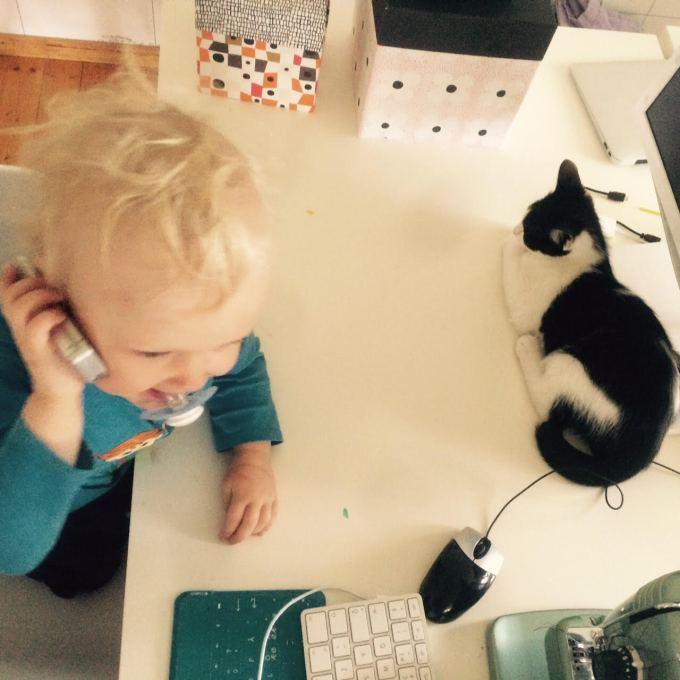 """""""Hallå mommo, jag sitter här med katten!"""""""