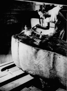 Carter all'opera nella tomba prima della rimozione del secondo sarcofago antropomorfo di Tutankhamon
