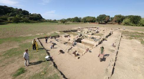 Un'immagine dell'area di scavo a Cuma. Foto Luigi De Simone