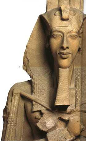 Statua del Faraone Akhenaton esposta al Museo del Cairo