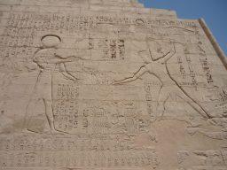 Il rilievo su una parete del tempio di Medinet habu in cui Ramses III, di fronte ad Ammon Ra, soggioga un gruppo di prigionieri