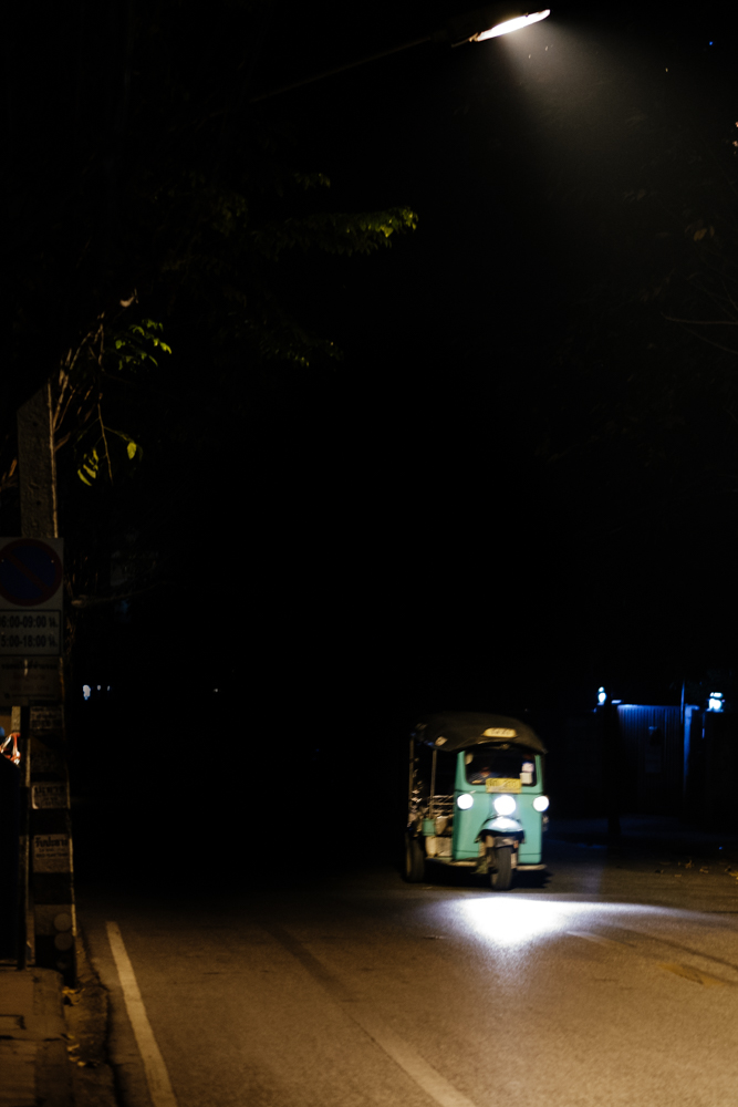 ChiangMai_NightWalk_TukTukStreetLamp