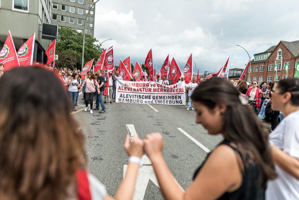 """Die alevitische Gemeinde während der Großdemonstration """"Grenzenlose Solidarität statt G20"""" am Samstag den 8.7."""