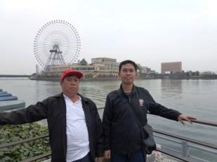 Berfoto di dekat Kapal Nippon Maru